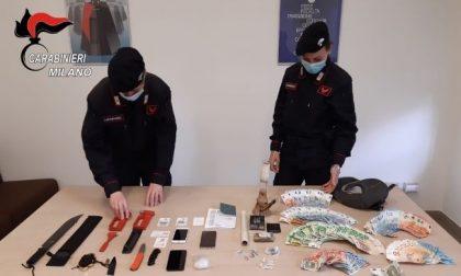 In casa droga, soldi, un machete e un tirapugni: 19enne arrestato e 17enne denunciato