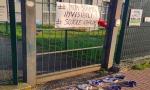Protesta contro la chiusura delle scuole: rubate le scarpine lasciate davanti ai cancelli