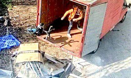 Scaricano rifiuti in mezzo alla strada: beccati dalle telecamere e denunciati
