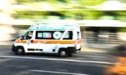 Incidente a Rozzano, 85enne cade dalla moto e finisce in ospedale