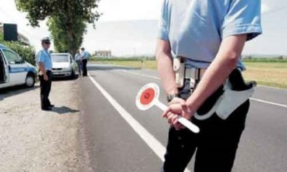 Sperona l'auto della polizia locale e si dà alla fuga, arrestato dopo lungo inseguimento