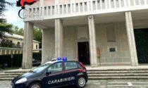 Redarguito dal parroco, scaraventa a terra arredi sacri in chiesa: arrestato