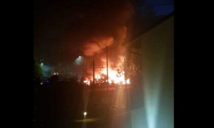 Violento incendio negli orti vicino alla ferrovia: paura dopo l'esplosione