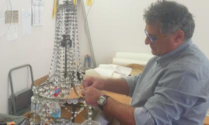 Conosciamo Enrico; nel suo laboratorio ripara artigianalmente paralumi, lampade e lampadari