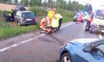 Sorpasso azzardato, auto finisce fuori strada: due feriti
