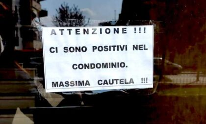 """Un cartello da caccia all'untore: """"Ci sono positivi nel condominio"""""""