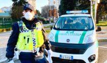 Guida senza patente sfrecciando davanti alla polizia locale: 5mila euro di multa