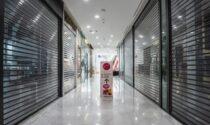 Saracinesche abbassate nei centri commerciali contro la chiusura dei negozi nei weekend