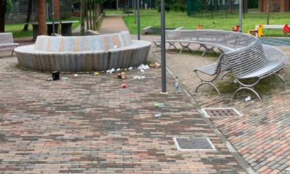 Vandali in piazza Giovanni XXIII: altalena e tubi spaccati e rifiuti sparsi