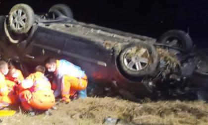 Auto finisce fuori strada e si ribalta: morto 40enne, gravissimo 46enne