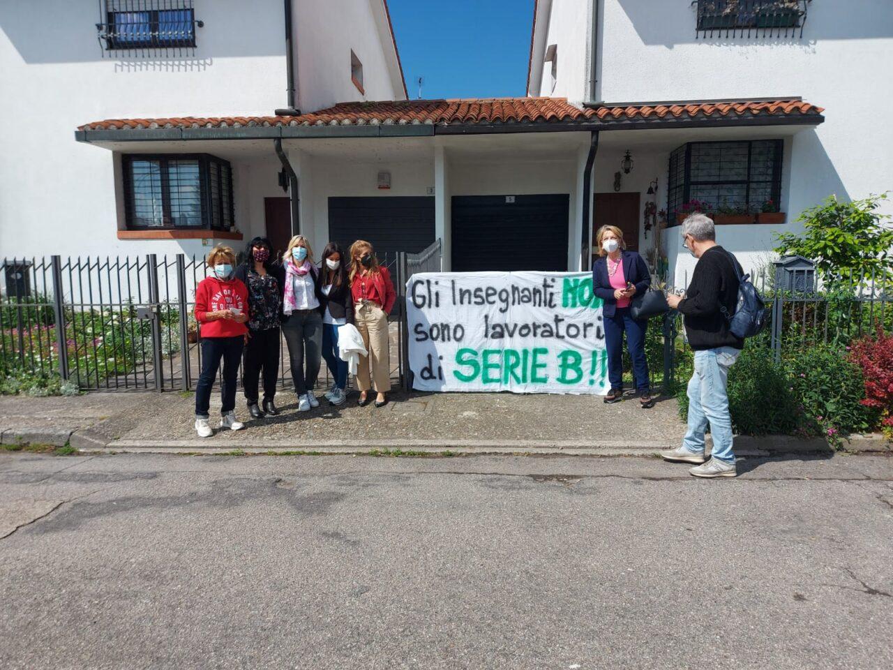 Protesta docenti parcheggio scuola