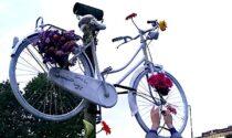 La bicicletta bianca con i fiori viola, ricordo immortale di Daria