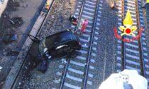 Auto sfonda le protezioni e cade dal ponte sui binari: morto il conducente