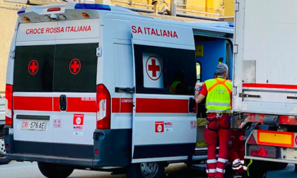 Incidente sulla ss35, moto contro bici: due feriti e traffico paralizzato