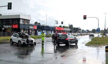 Inversione pericolosa: auto travolge una moto sulla Vigevanese
