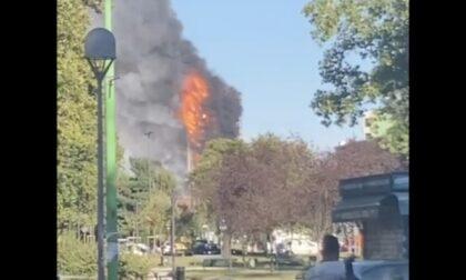 Il video dell'incendio in via Antonini: in fiamme un intero palazzo