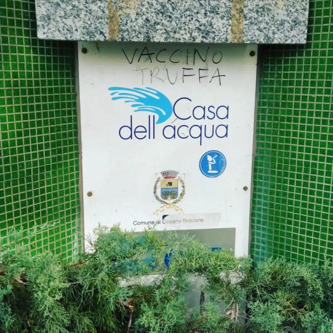 Scritta no vax casetta acqua Cesano