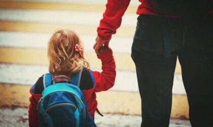 """Caos all'ingresso della scuola Parini: """"Genitori senza green pass mandati via, senza avviso"""""""