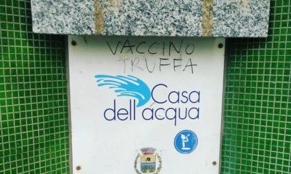 Scritta no vax sulla casetta dell'acqua di Cesano