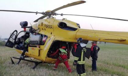 Auto finisce nel fossato dopo incidente: 73enne portato via in elisoccorso