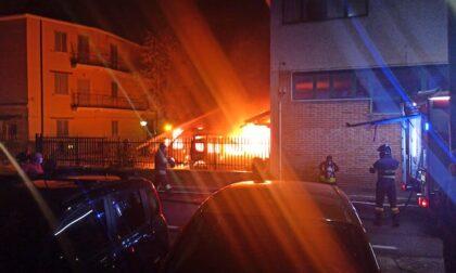 Violento incendio devasta ambulanza e mezzi della Corsico Soccorso